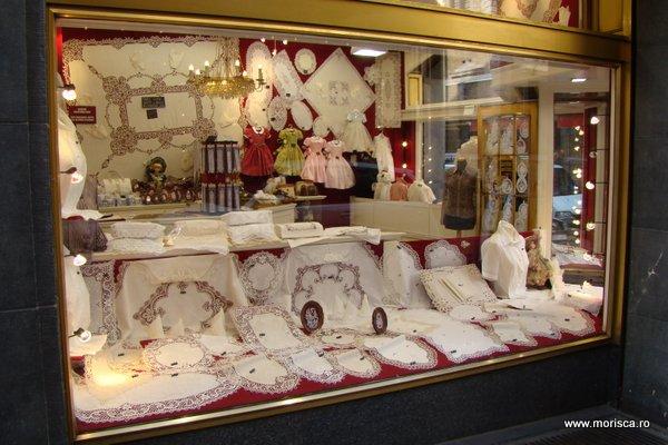 Vitrina a unui magazin tipic cu dantela belgiana (in Bruxelles)