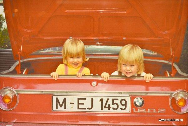 Copii in masina BMW de colectie