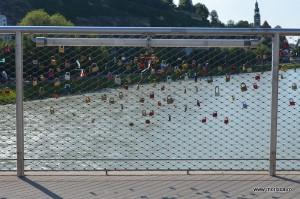 Mii de lacatele pe Makartsteg  - podul cu lacate din Salzburg (Austria)