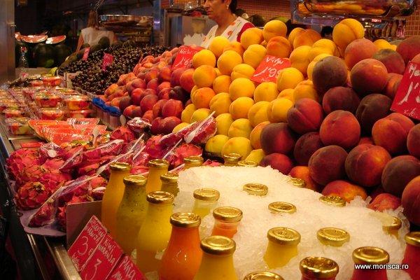 Fructe si sucuri proaspte in Mercat de La Boqueria (Barcelona)